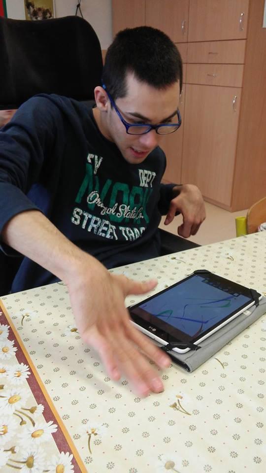 Ádám ismerkedik a táblagéppel. Fotó: Aknai Dóra Orsoly