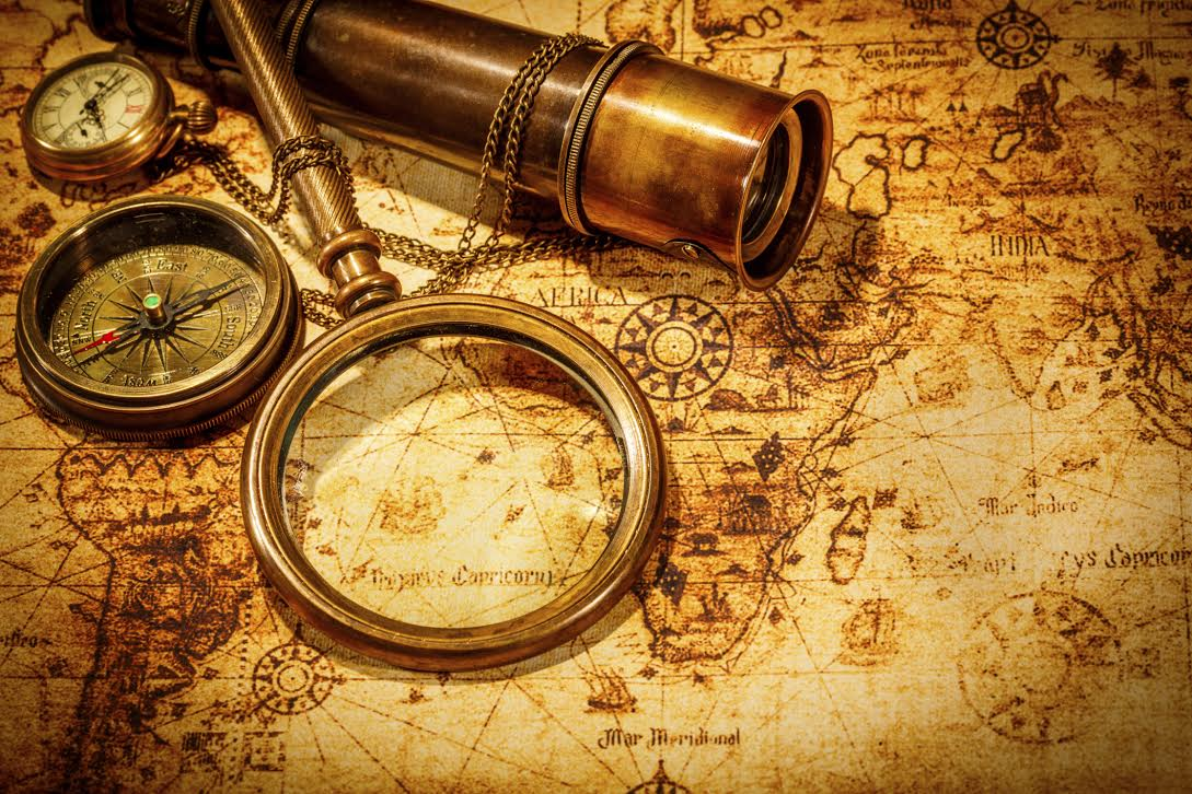 Vintage magnifying glass lies on an ancient world map -Fotó:Thinkstock.com