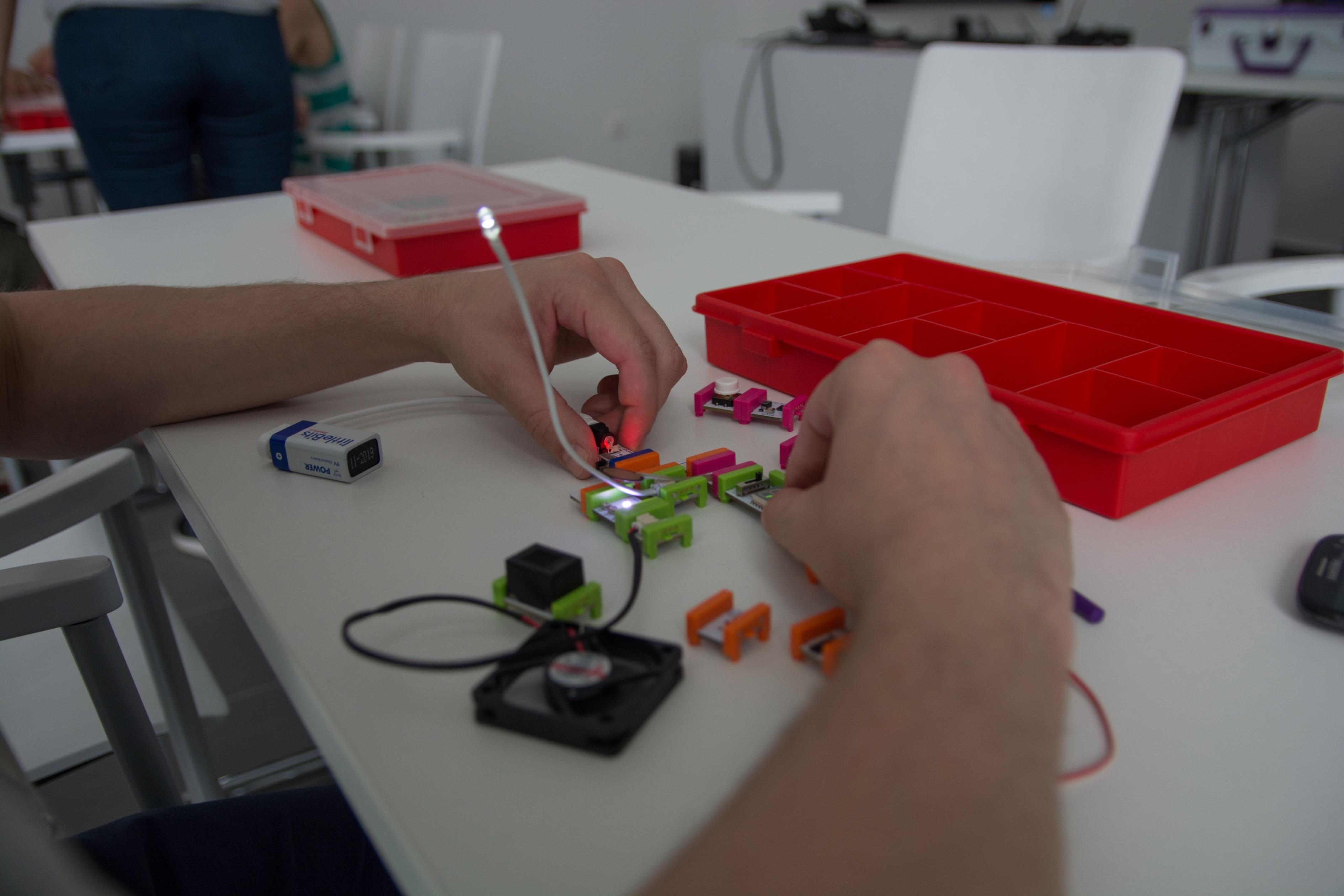 Kísérletek során szereznek tapasztalatot a debreceni Agóra LittleBits-szakkörén a gyerekek, forrás: Debreceni Agóra
