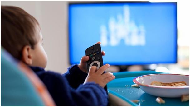 Tévézés már babakorban? Forrás: http://www.indianyouth.net/wp-content/uploads/2016/01/children-tv.jpg